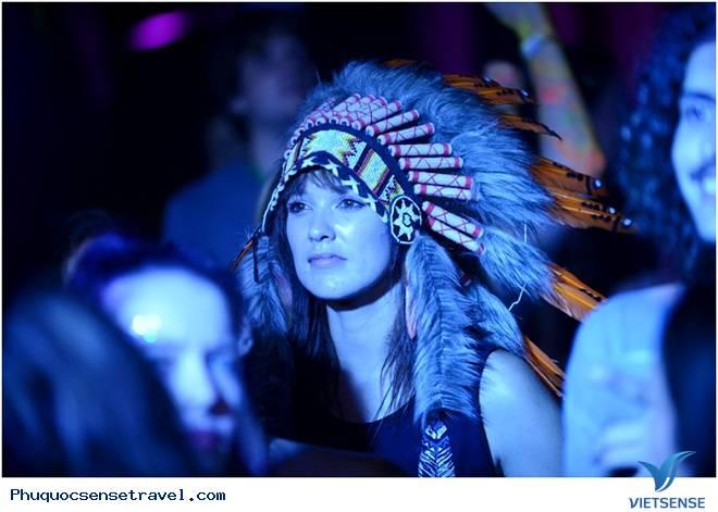 Du khách quẩy hết mình tại lễ hội âm nhạc Hà Nội